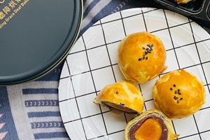 【台中‧北屯】蒙恩聽障烘焙坊|包裝很有質感,蛋黃酥的蛋黃超大顆~還有口感豐富的巧克力餅乾!!